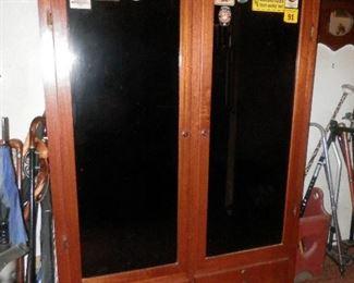 Solid Mahogany 12 gun cabinet...with keys
