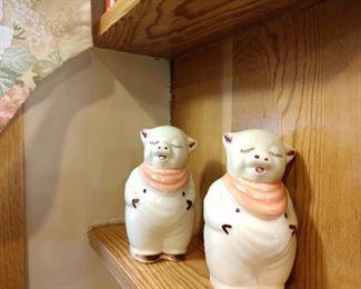 SHAWNEE SMILEY PIG SALT & PEPPER W/ PEACH SCARF