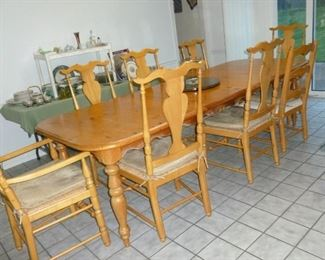 Awesome farm-style table w/6 chairs & leaves (shown as large as it gets)