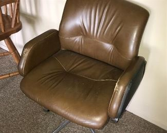 VINTAGE LEATHER EXECUTIVE SWIVEL OFFICE ARM CHAIR
