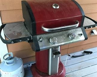 Nice propane grill w/cover