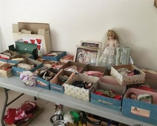 Large collection of dolls including Hollywood dolls