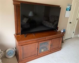 """60-inch Entertainment console with 4K Vizio 60"""" TV   plus a 3D Blu-Ray Player. All in mint Condition"""