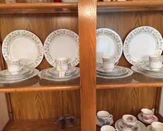 8 place setting of china includes serving pieces