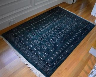 "Matching green rug, approx. 4'2"" X 6'5"""