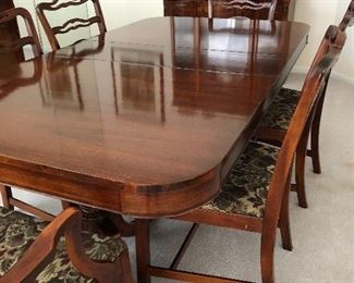 Beautiful Century Duncan Phyfe dining room set with 6 chairs and 3 leaves.