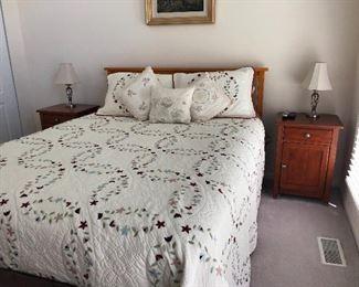 Queen bed, bedding, nightstands, lamps