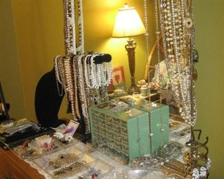 Assorted jewelry (earrings, necklaces and pendants, bracelets)