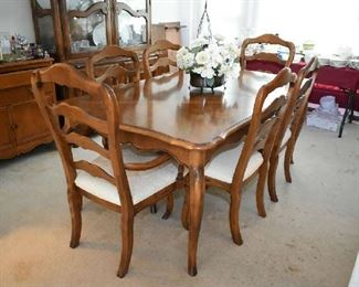 ETHAN ALLEN DINING TABLE W/2 LEAFS & 6 CHAIRS