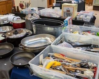 SO MANY nice kitchen utensils!