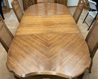 American Drew Walnut Dining Table w/ 6 Chairs30x43x65/79/93in (2 leaves) HxWxD