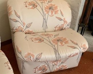 80s Floral Chair 28x31x33inHxWxD