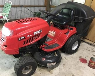 Huskee LT4200 lawn tractor with attached rear bagger. Like new!!!!!!!!