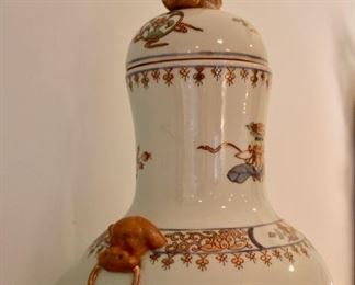 Armorial export porcelain lidded vase