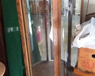 Beautiful China Cabinet with 4 glass shelves and lighted and Locks with Key