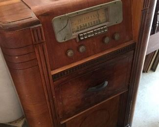 Ecellent shape, has components in back dials and station intact,one crack on the face plate
