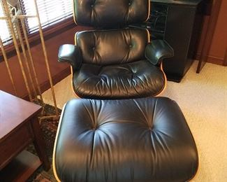 Black leather upholstered Eames lounge (670) and ottoman (671) in very good condition.