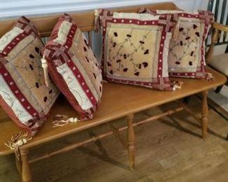 Windsor Bench, Pillows