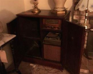 Magnavox Mahogany Cabinet Phonograph Radio 1947's-50's