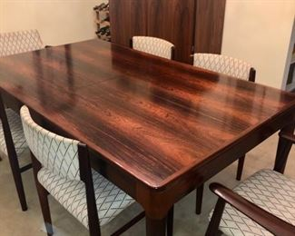Table extends, six chairs