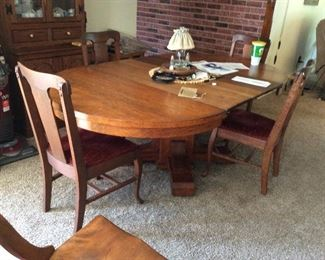 ANTIQUE ROUND OAK TABLE WITH LEAVES