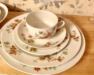 Havilsnd service for 10 in Autumn Leaf pattern, many serving pieces