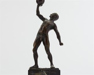 Hans Keck (1875-1941). Bronze sculpture depicting an athlete pressing a kettlebell. Signed along the base. SKU: 01840 Follow us on Instagram: @revereauctions