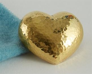 """Paloma Picasso for Tiffany & Co. 18K gold brooch in the form of a heart with a hammered finish. 1989. Marked """"Paloma Picasso"""" along the verso, as well as """"750"""" and """"Tiffany & Co. 18K Italy, copyright '89."""" With original Tiffany & Co. blue felt pouch.  SKU: 01797 Follow us on Instagram: @revereauctions"""