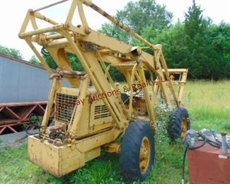 Pettibone mod 6 Ser# 6-434 1783. hrs Interntl gas motor, 6000 lb, 32' or 33' reach, (Does Not Run - sitting for several years - around 7) Rear tires need air