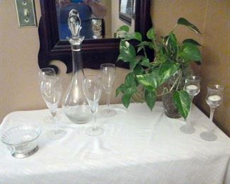 Romanian etched crystal decanter with 4 glasses; other crystal pieces