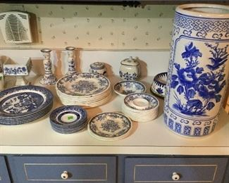 Various Blue Willow patterned dishes, transferware, Blue pattern ceramic umbrella stand
