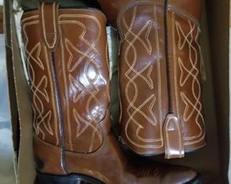 Ladies cowboy boots and shoes ( size 5)