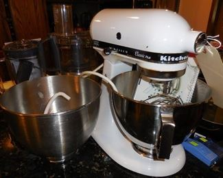 Kitchenaid mixer with 2 bowls and accessories