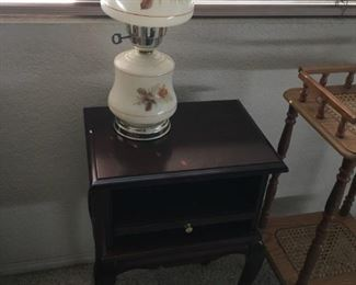 Side table w/pull out tray
