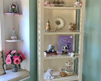 Lovely and elegant Display cabinet