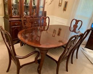 #4Universal furniture dining table w 6 chairs and 2 leaves 64-92x42x29 $275.00