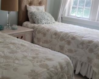 Beautiful 2 twin beds with mattresses excellent condition