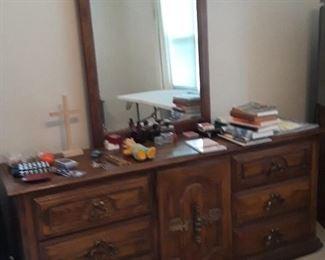 dresser w/mirror, part of the 5pc bedroom set