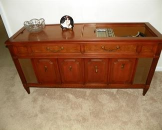 Magnavox stereo with turntable