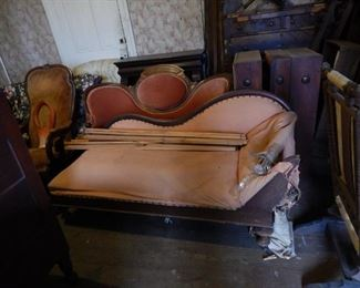 Sturdy chaise longue in pale pink cotton. Frame needs repair (but it is repairable).