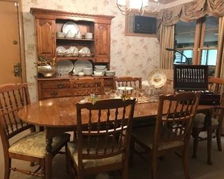 Cushman dining table with 2 leaves and 6 chairs