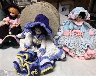 Vintage round suitcase, a few more of the dolls