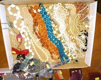 Living Room:  Costume Jewelry no Gold