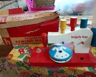 VINTAGE CHILDS WOODEN SEWING MACHINE TOY W/ ORIGINAL BOX!!       ( HOLGATE TOYS)
