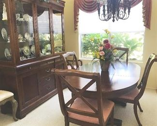 Drexel Heritage dining suite with leaves and 6 chairs  Beautiful condition