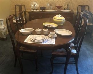 Thomasville Dinning Set / 6 Chairs  (2 Arm Chairs )        2 Table Leaves
