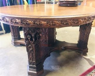 Beautiful antique round table perfect condition  with carved legs comes with leaves