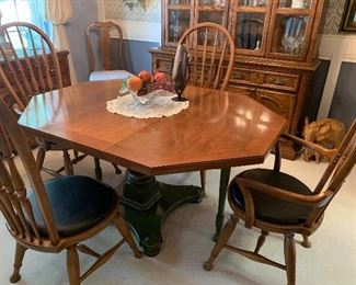Thomasville dining table 4 chairs 1 leaf