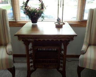 TURNED LEG SIDE TABLE - BEAUTIFUL DETAIL
