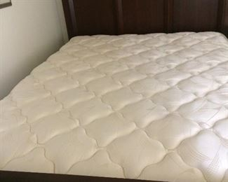 queen size bed in a 4 piece bedroom sets---sold